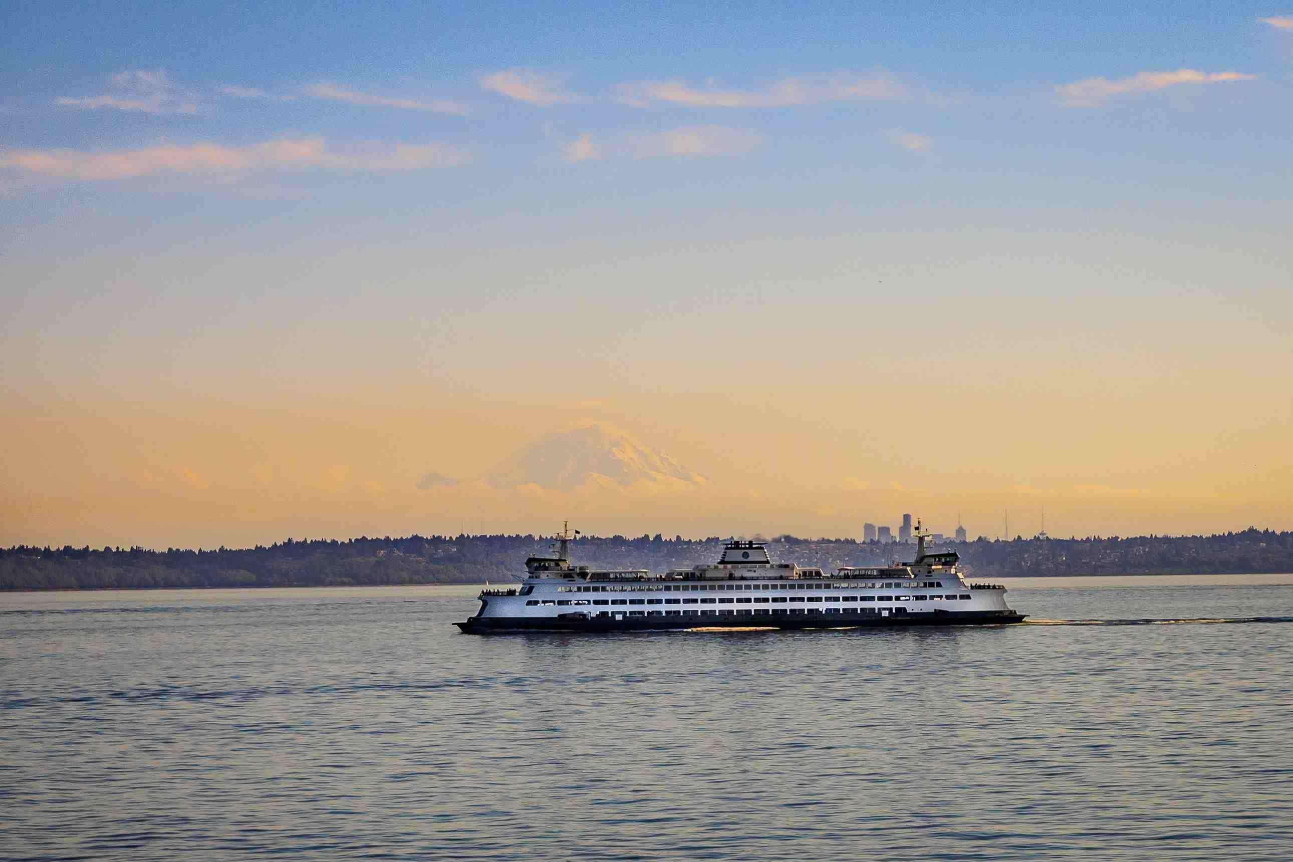 Un ferry atraviesa Puget Sound