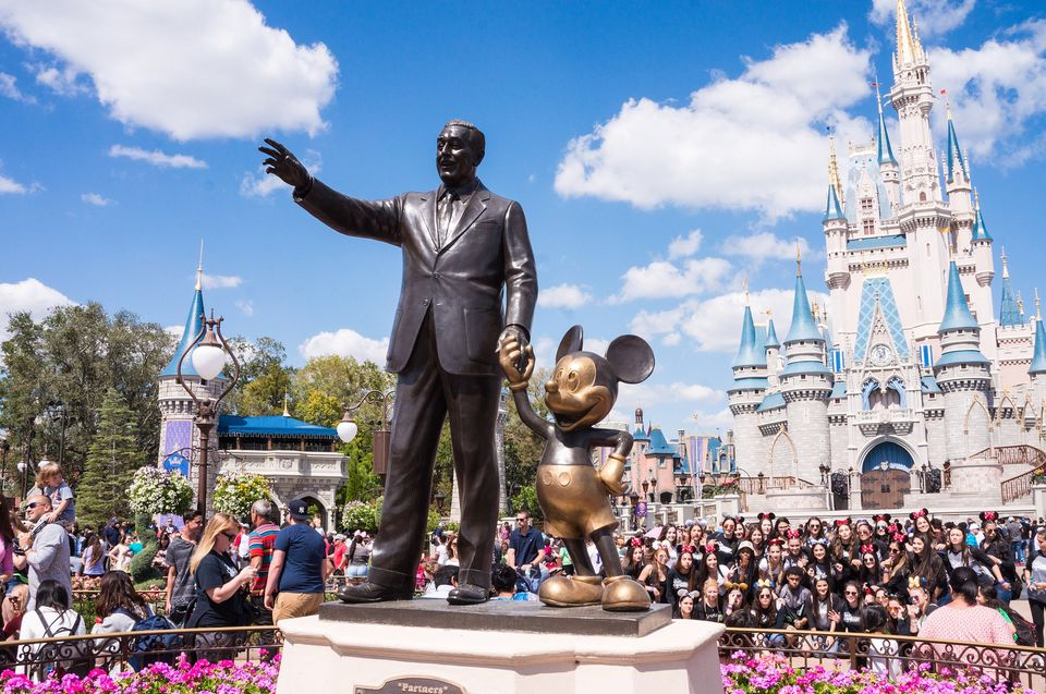 Estatua de Walt Disney y Mickey Mouse frente al Castillo de Cenicienta en el Parque Magic Kingdom