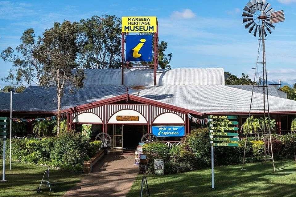 Exterior del Museo del Patrimonio de Mareeba con molino de viento