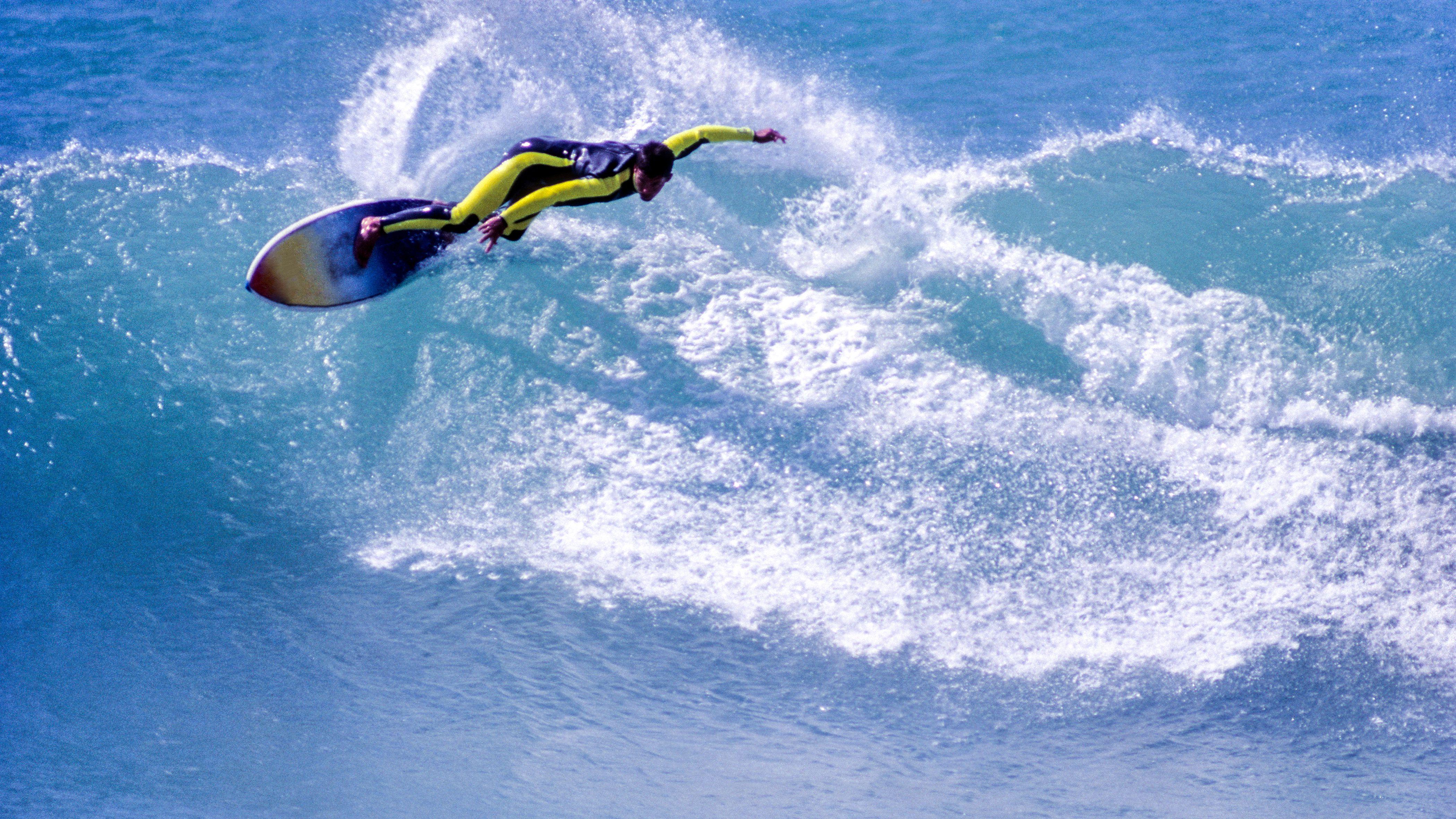 Marruecos, Agadir, Tagazhout, surfeando en el norte del Océano Atlántico