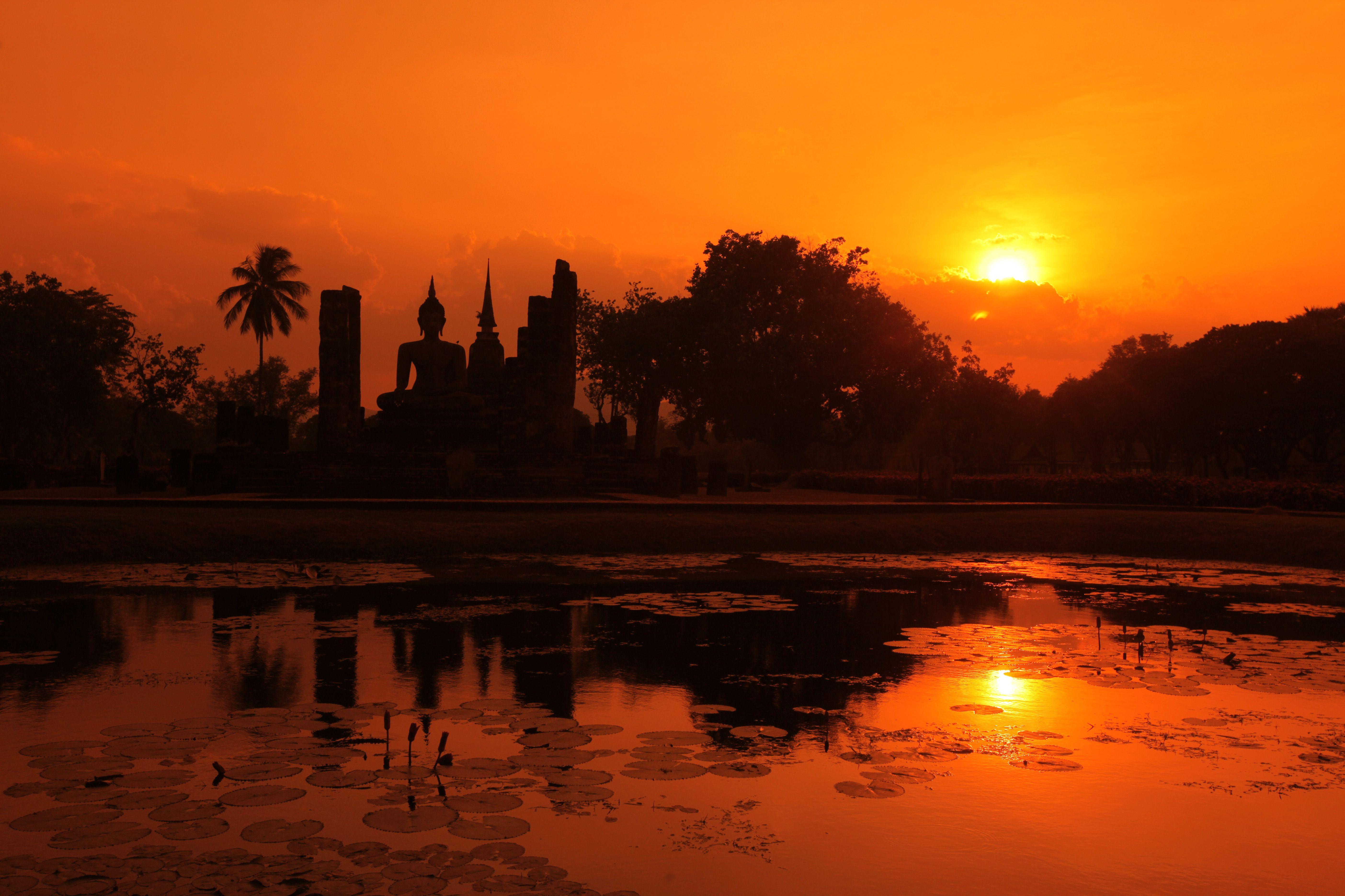 Sunset at Wat Sa Si, a temple in Sukhothai