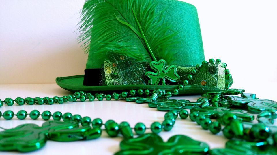 Sombrero verde con plumas y collar de cuentas para la celebración del día de San Patricio.