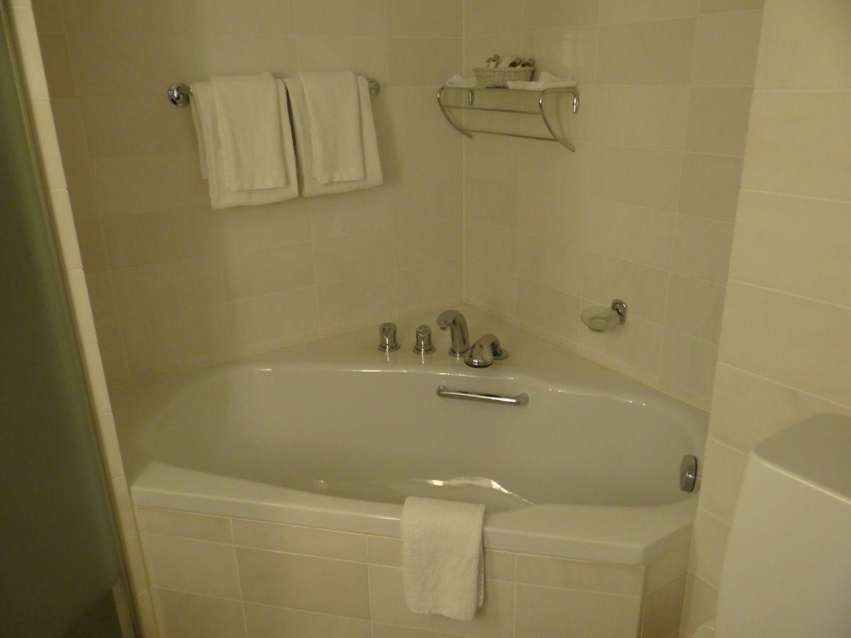 Midnatsol Sol Grand Suite #816 Bathtub - Hurtigruten Coastal Liner Accommodations
