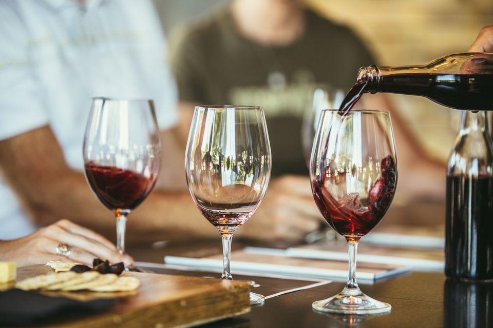 Las personas que beben vino juntas en el bar