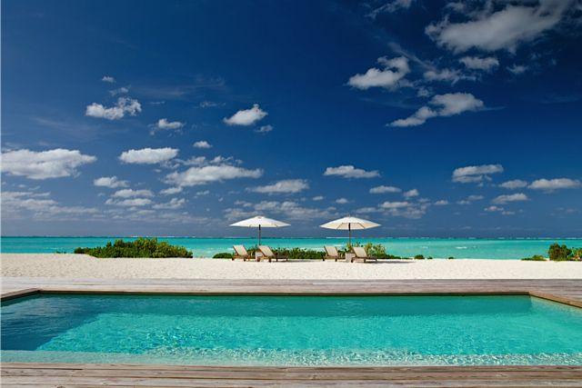 La piscina infinita se encuentra con la playa de Parrot Cay by COMO en el Caribe