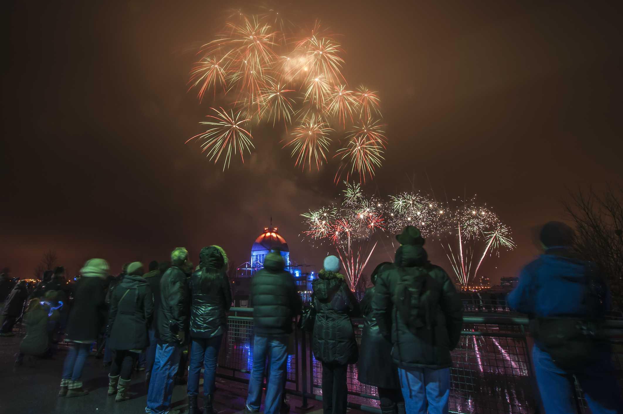 Gente mirando fuegos artificiales en el Festival Fire on Ice, Montreal, Quebec, Canadá