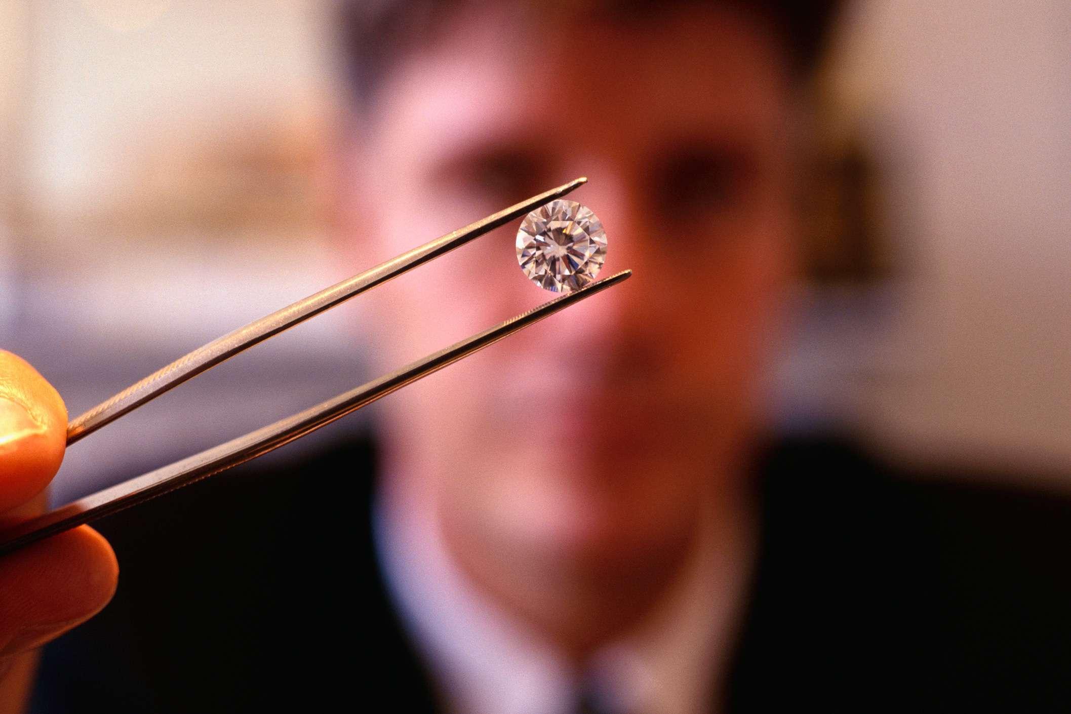 Un empleado de Coster Diamonds tiene un diamante recién cortado