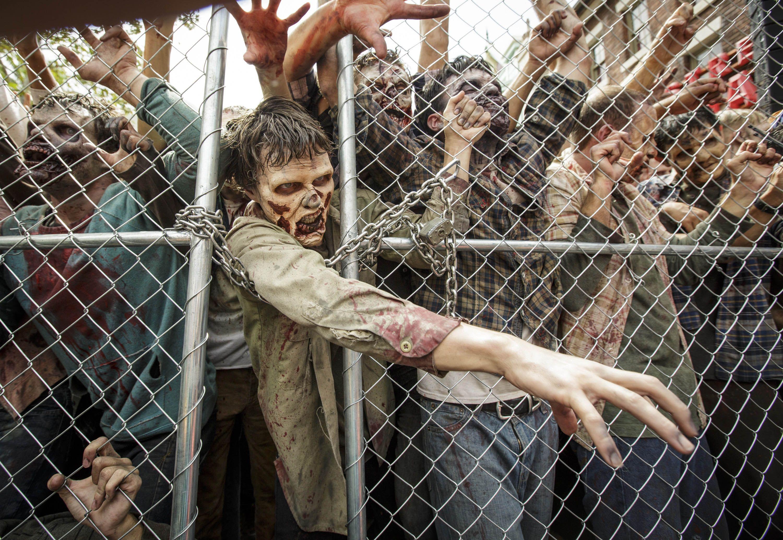 Los actores en vivo retratan a los zombis que caminan en Universal Studio's Walking Dead Attraction