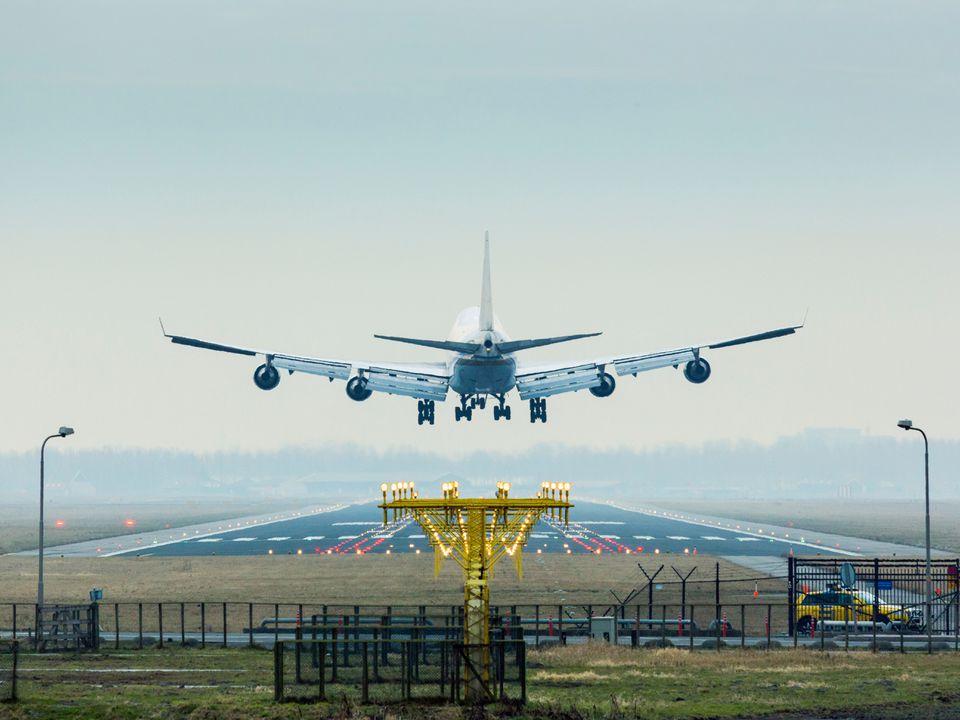Avión llegando a tierra, el aeropuerto de Amsterdam Shiphol
