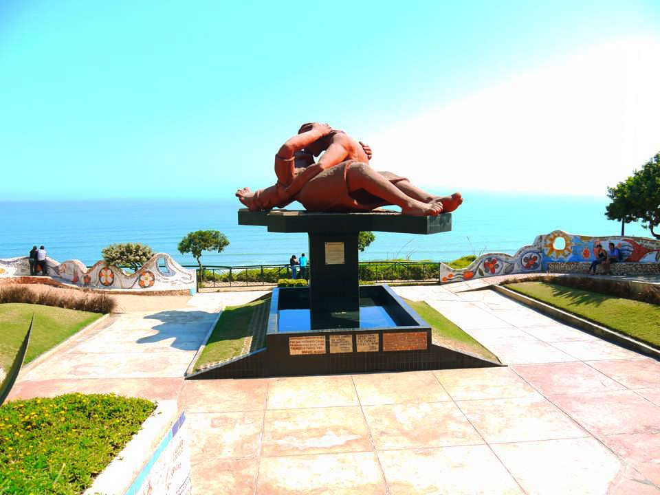 Una escultura al aire libre en un parque público de Lima