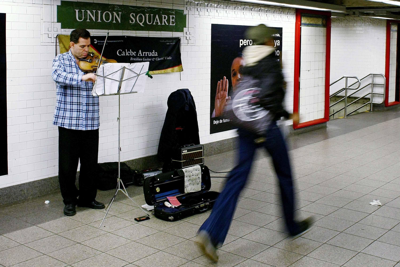 Los artistas callejeros y del metro ofrecen entretenimiento gratuito en la ciudad de Nueva York . escuelas en la ciudad de Nueva York