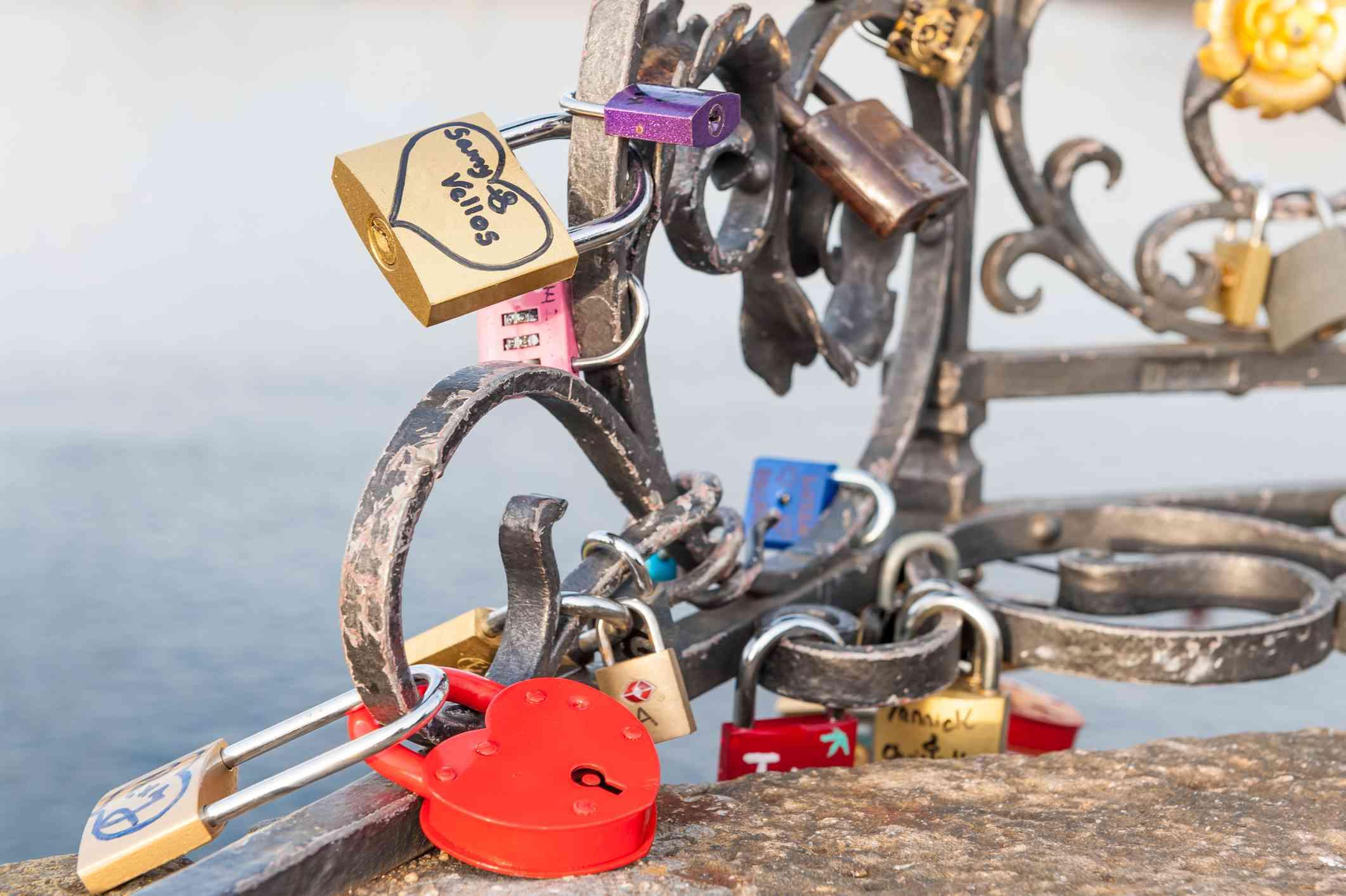 Ama y promete candados en el Puente de Carlos, Praga, República Checa