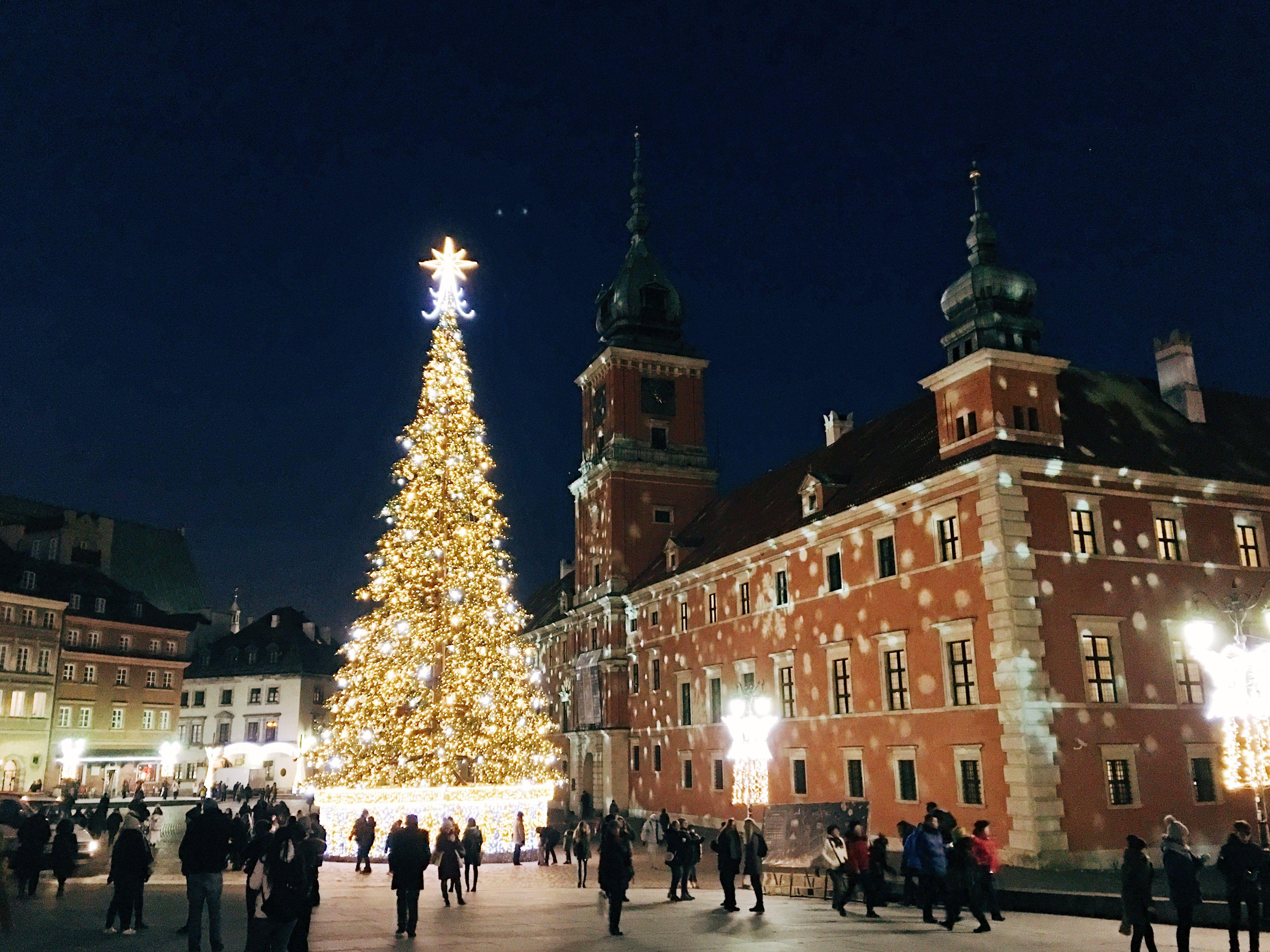 Árbol de Navidad en la Plaza del Castillo en Varsovia, Polonia