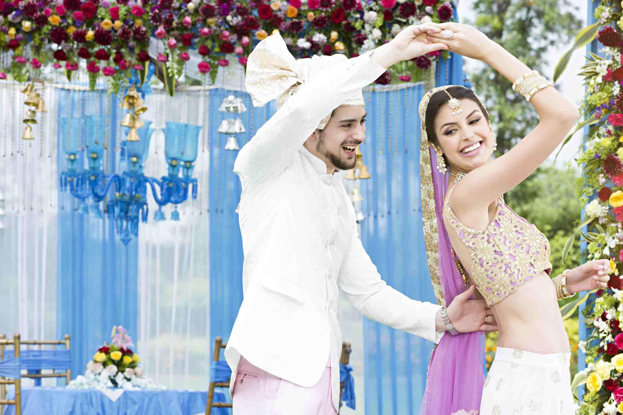 India novia y novio bailando juntos