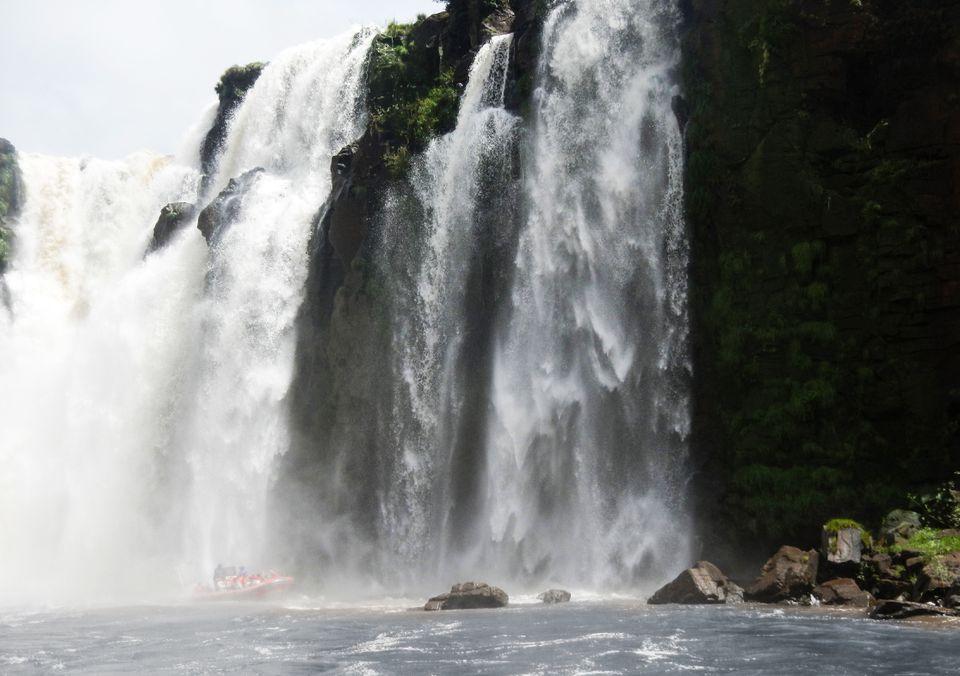 Vista desde el fondo de las Cataratas del Iguazú