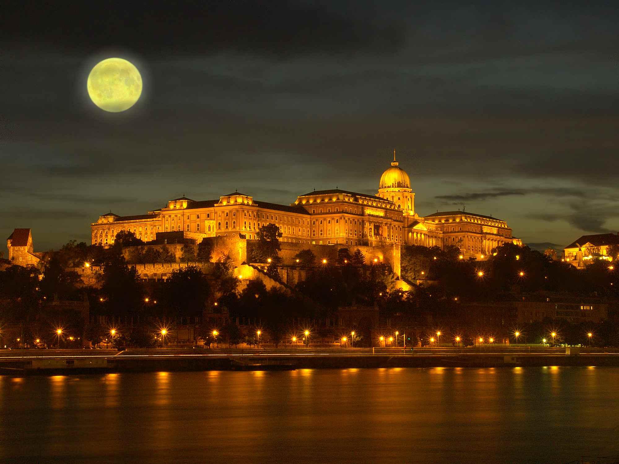 Luna llena sobre el castillo de Budapest