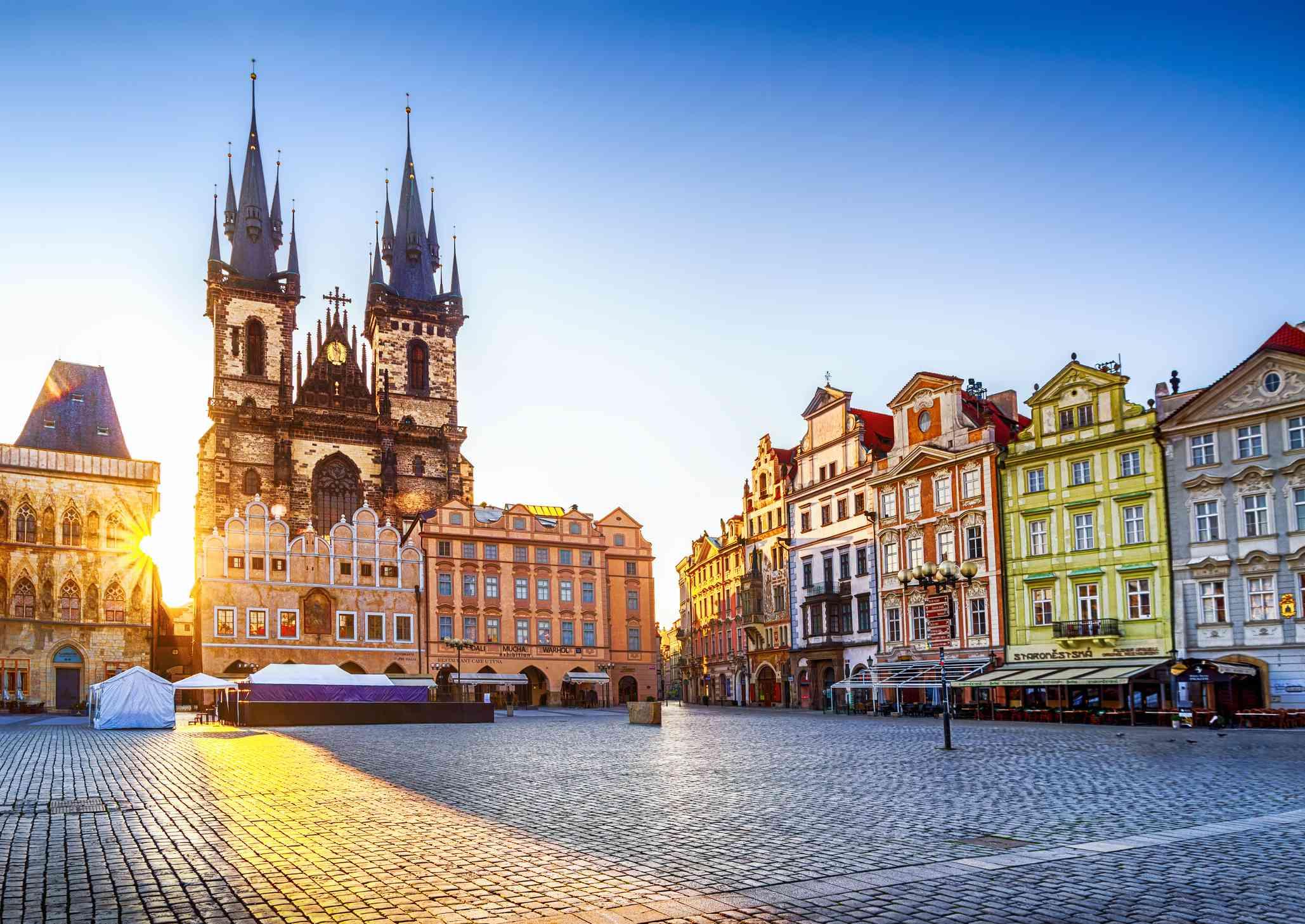 Plaza de la Ciudad Vieja e Iglesia de Nuestra Señora antes de Týn en Praga al amanecer. República Checa