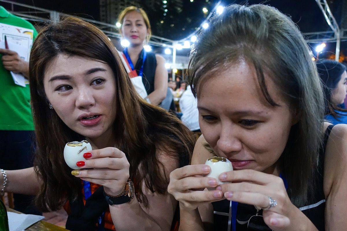 how to eat balut in the philippines