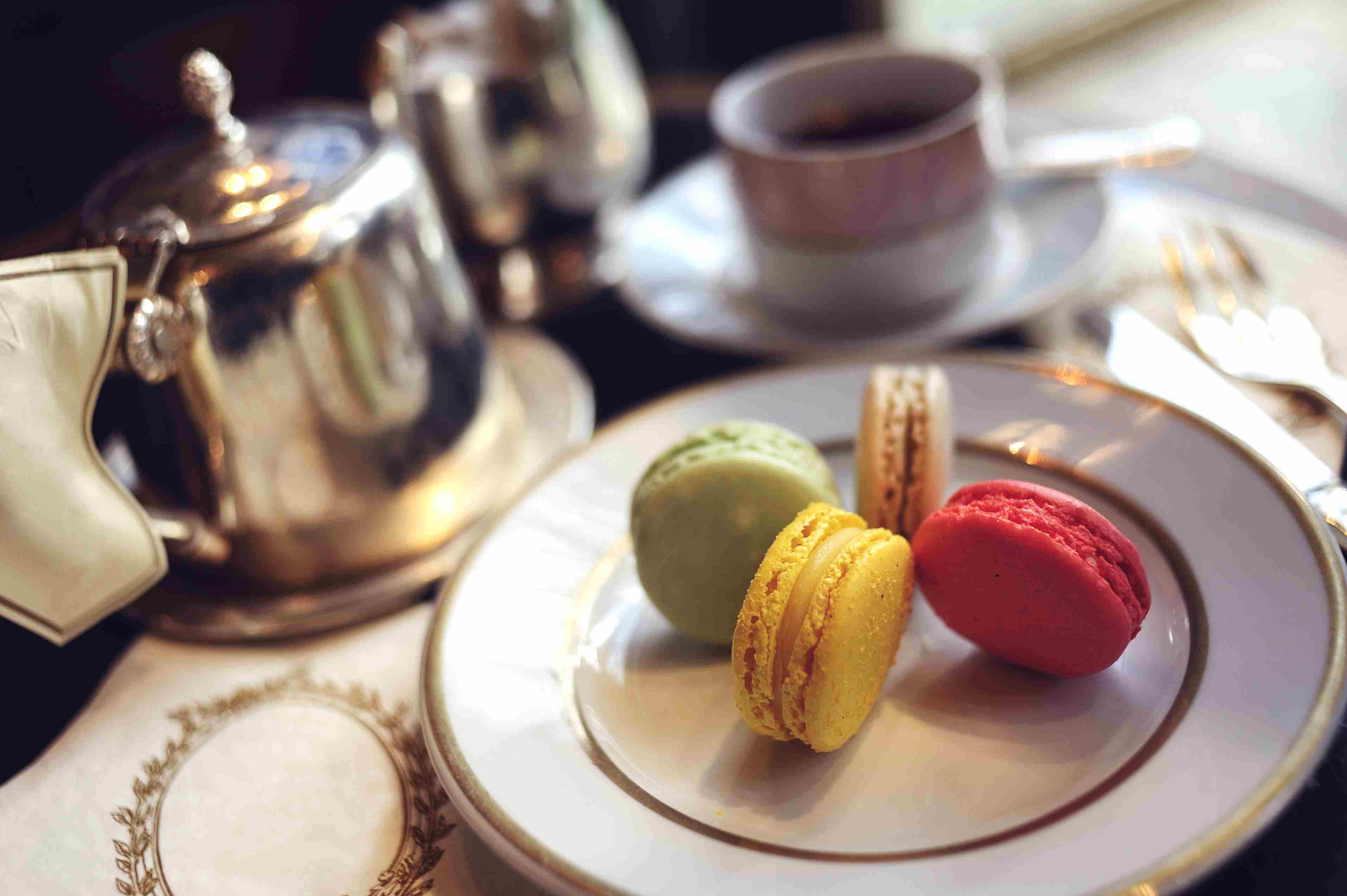El Ladurée salon du thé en París es un lugar favorito para el té de la tarde