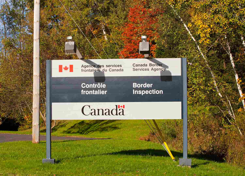 Señal de cruce fronterizo; Abercorn Quebec, Canadá