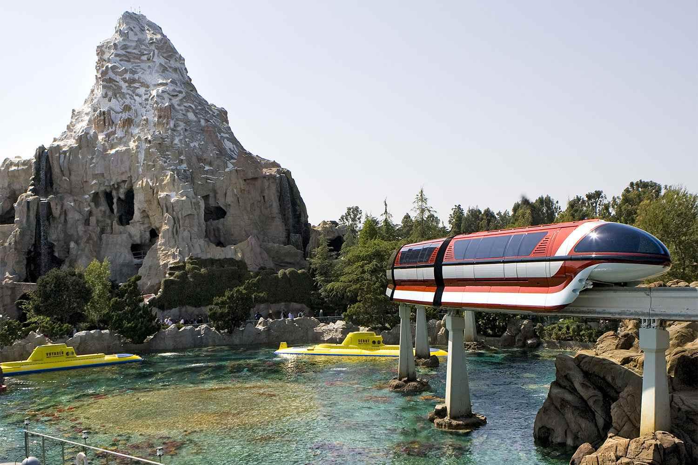 Monorriel de Disneyland pasando el Cervino y encontrando a Nemo