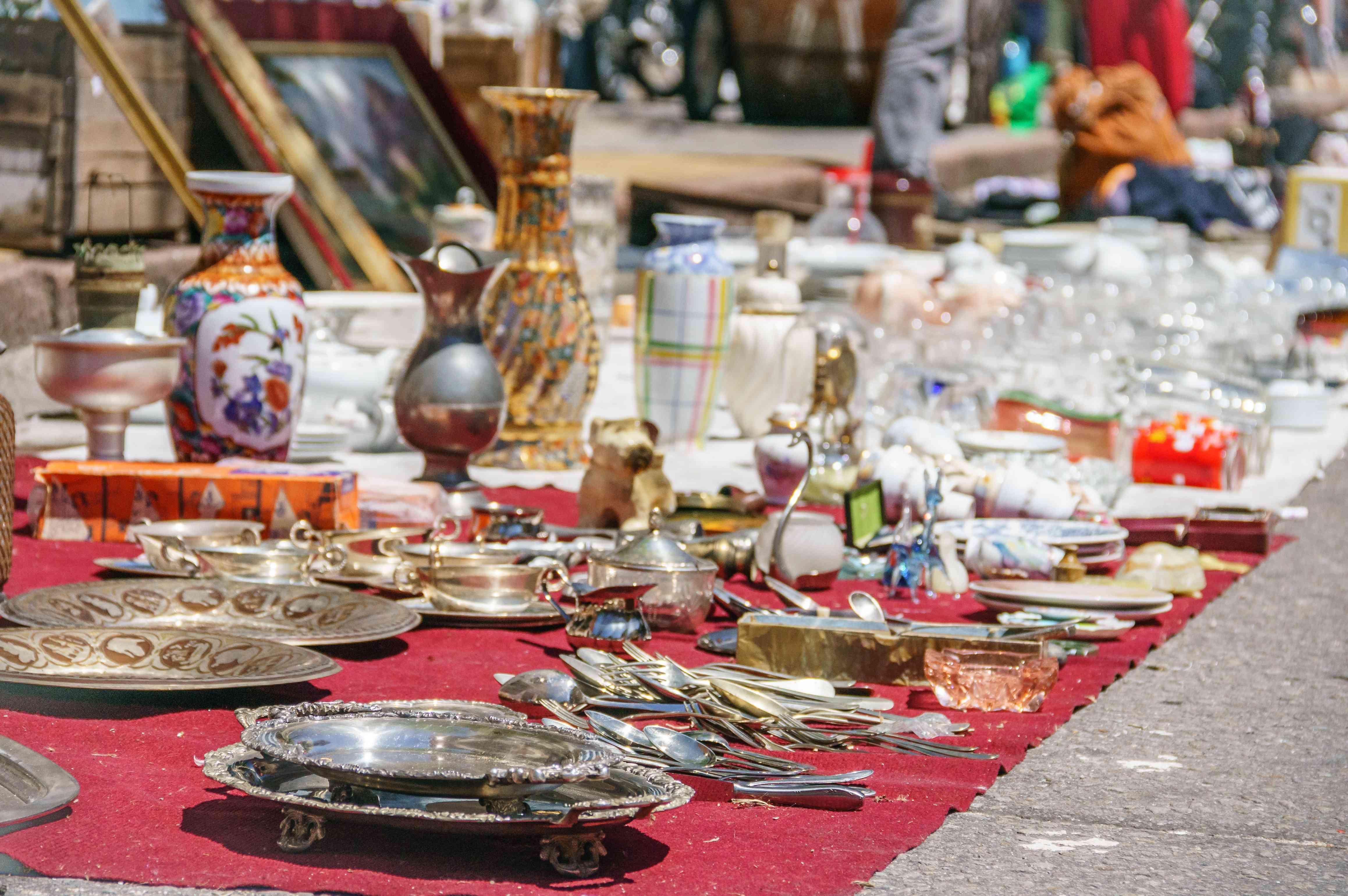 Antique objects on sale on Tristán Narvaja street