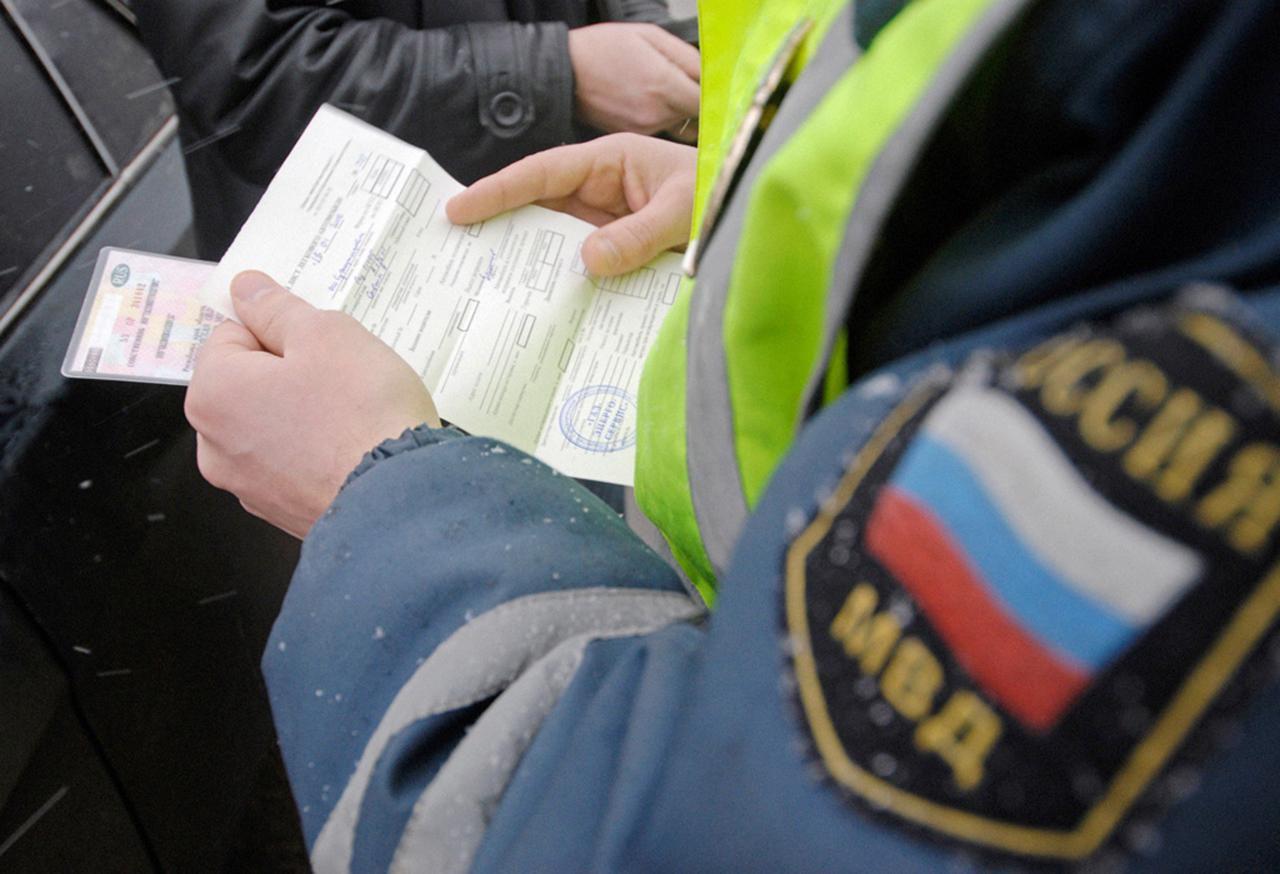 Patrullas policiales que revisan documentos