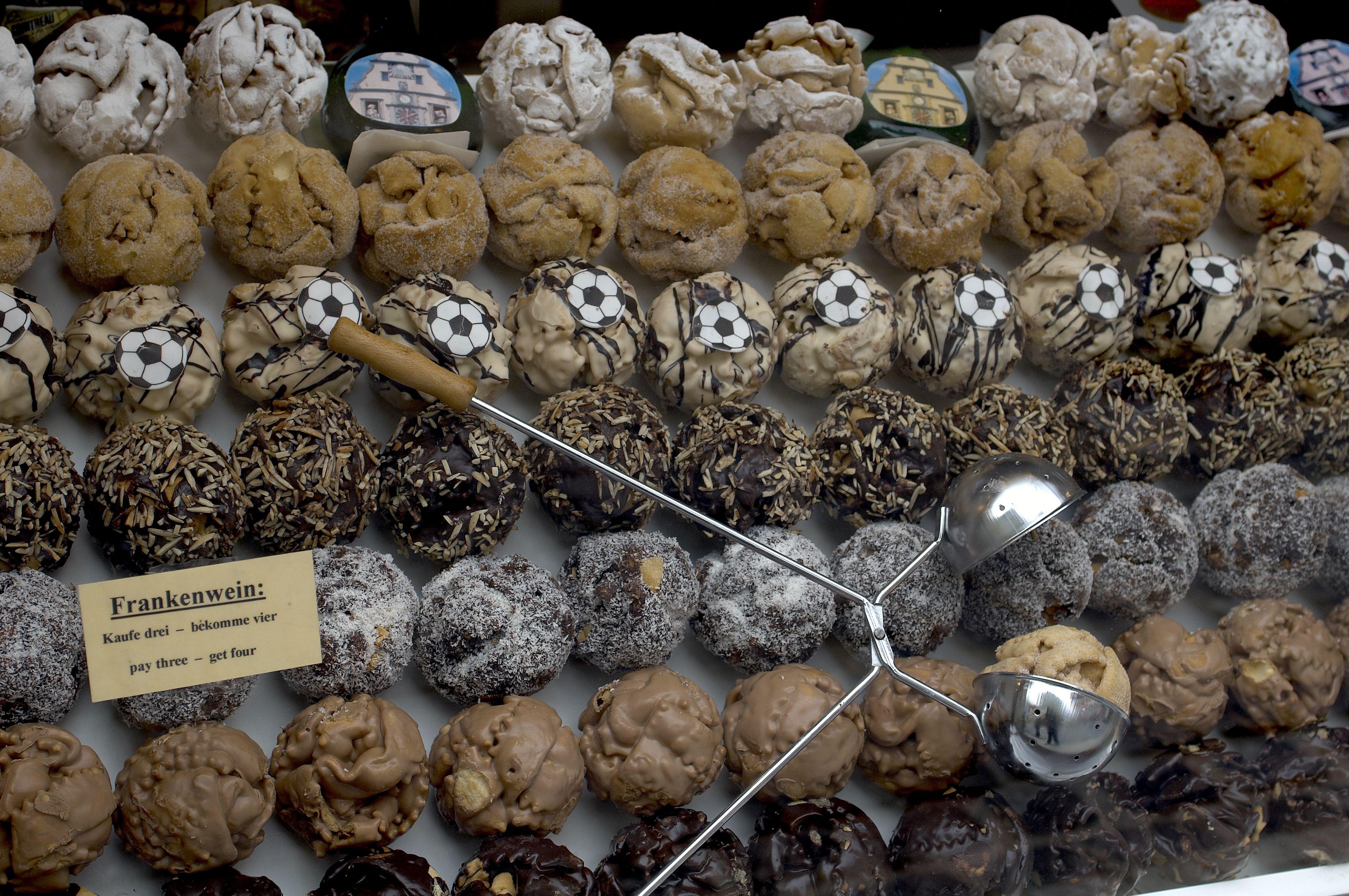 Many flavours of Schneeballen in shop window.