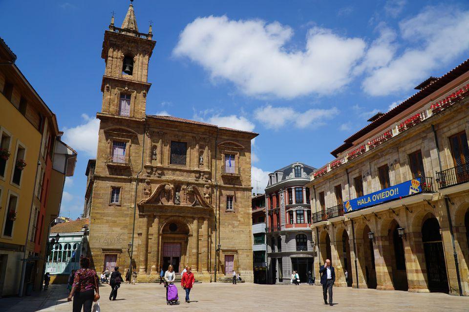 Iglesia de San Isidoro, una iglesia en Oviedo, Asturias, España