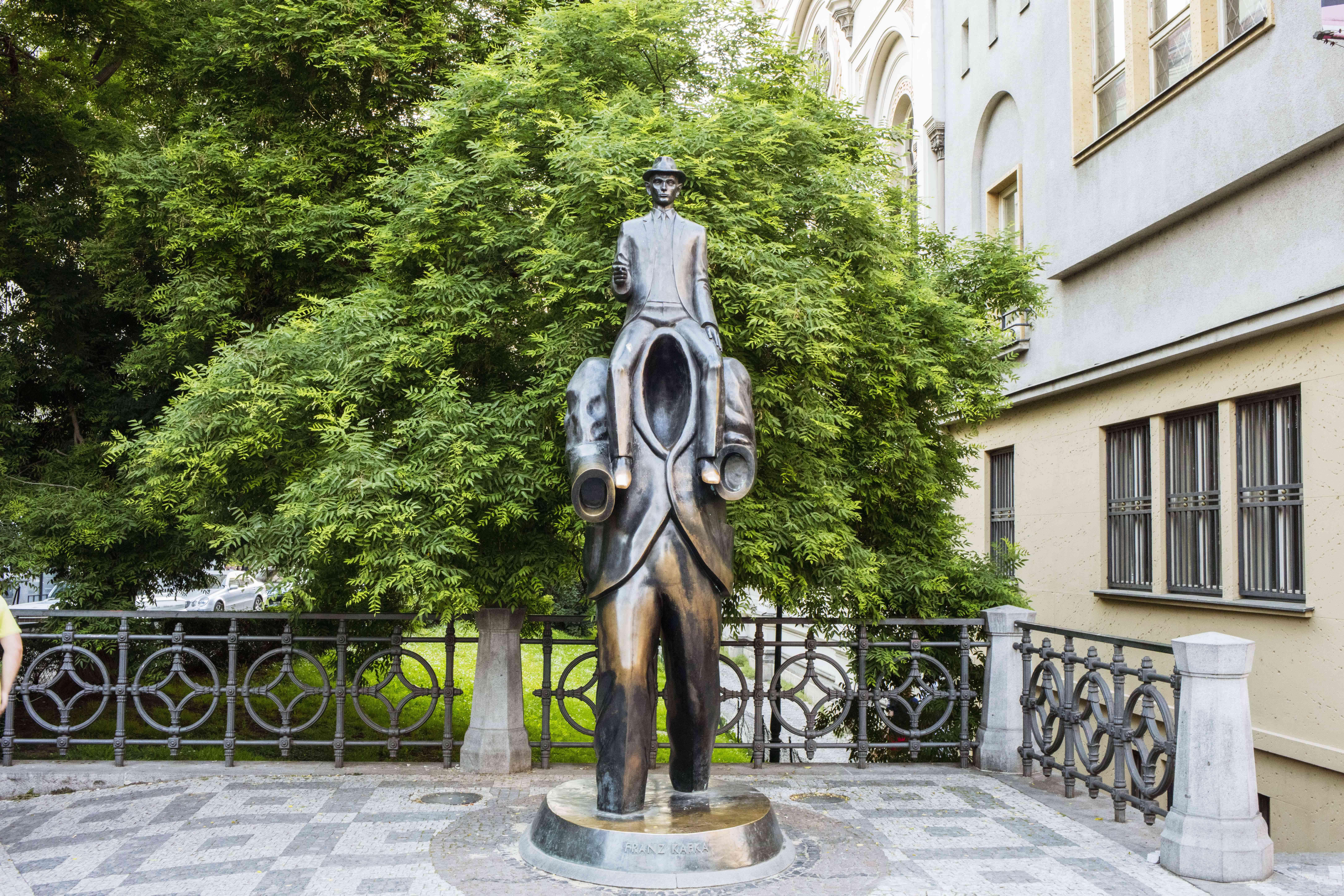 Una estatua de un hombre montado en otro hombre sin cabeza