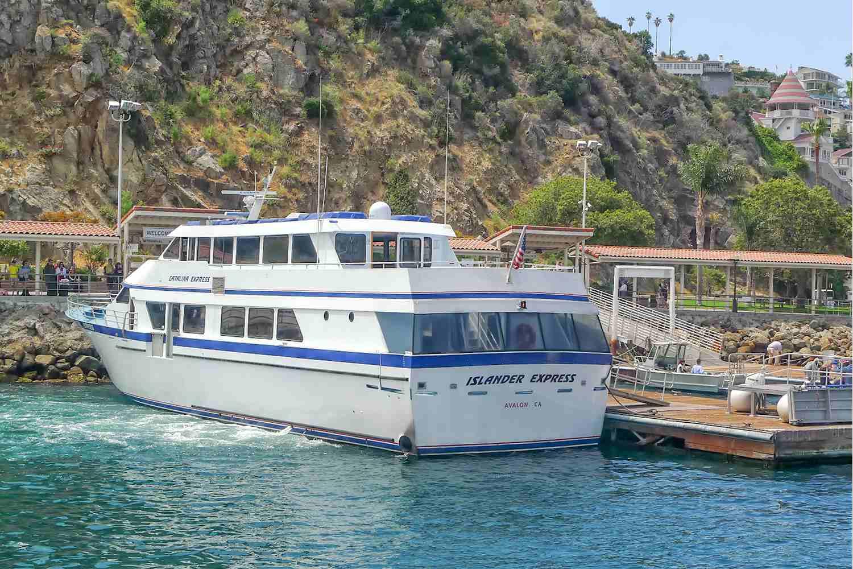 Ferry atracado en el puerto de Avalon