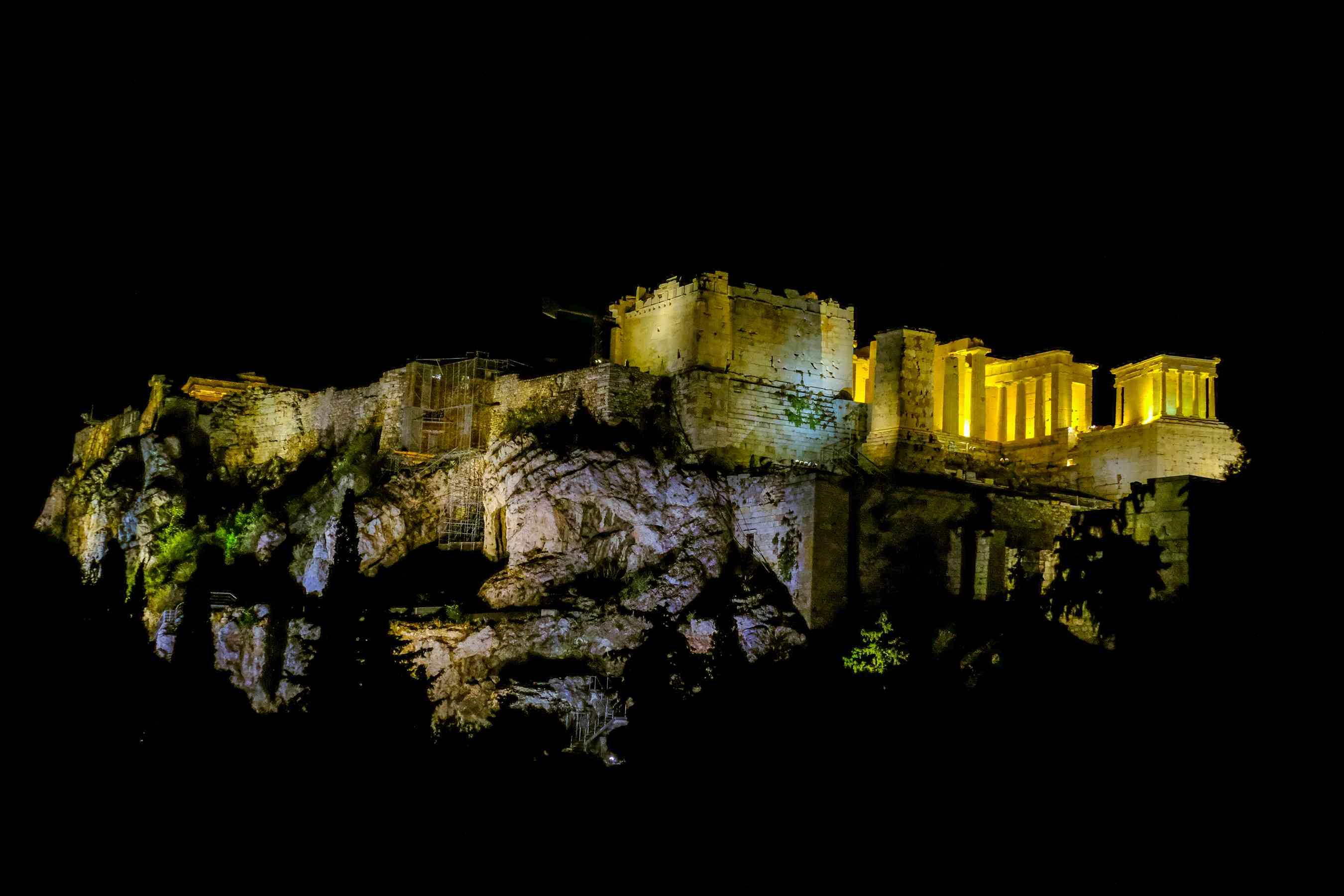 La acrópolis iluminada por la noche