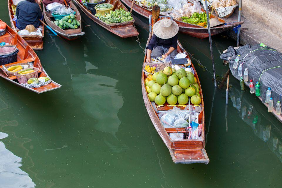 Mercado flotante de Damnoen Saduak en Ratchaburi, cerca de Bangkok, Tailandia