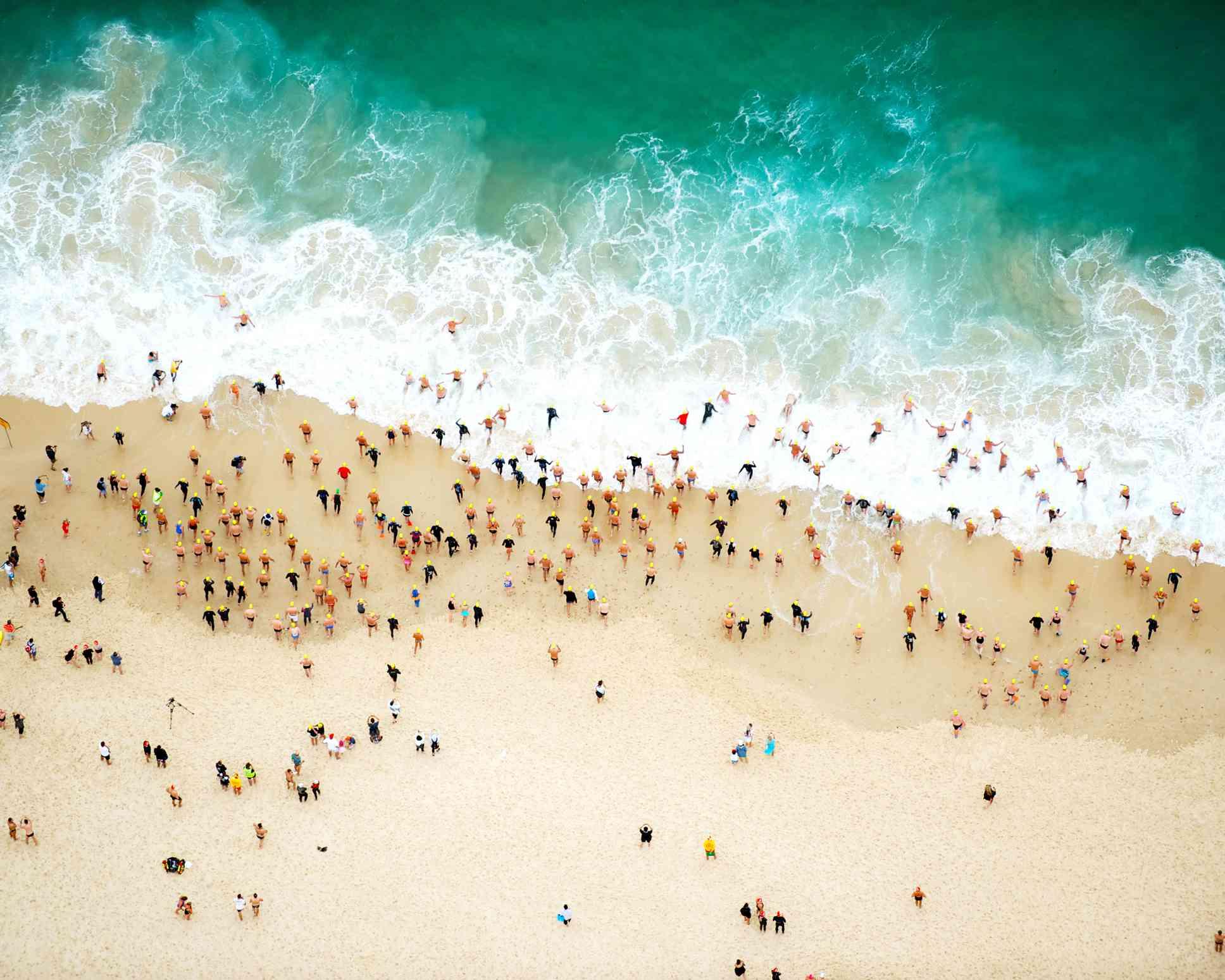 vista aérea de personas en la playa y en el océano