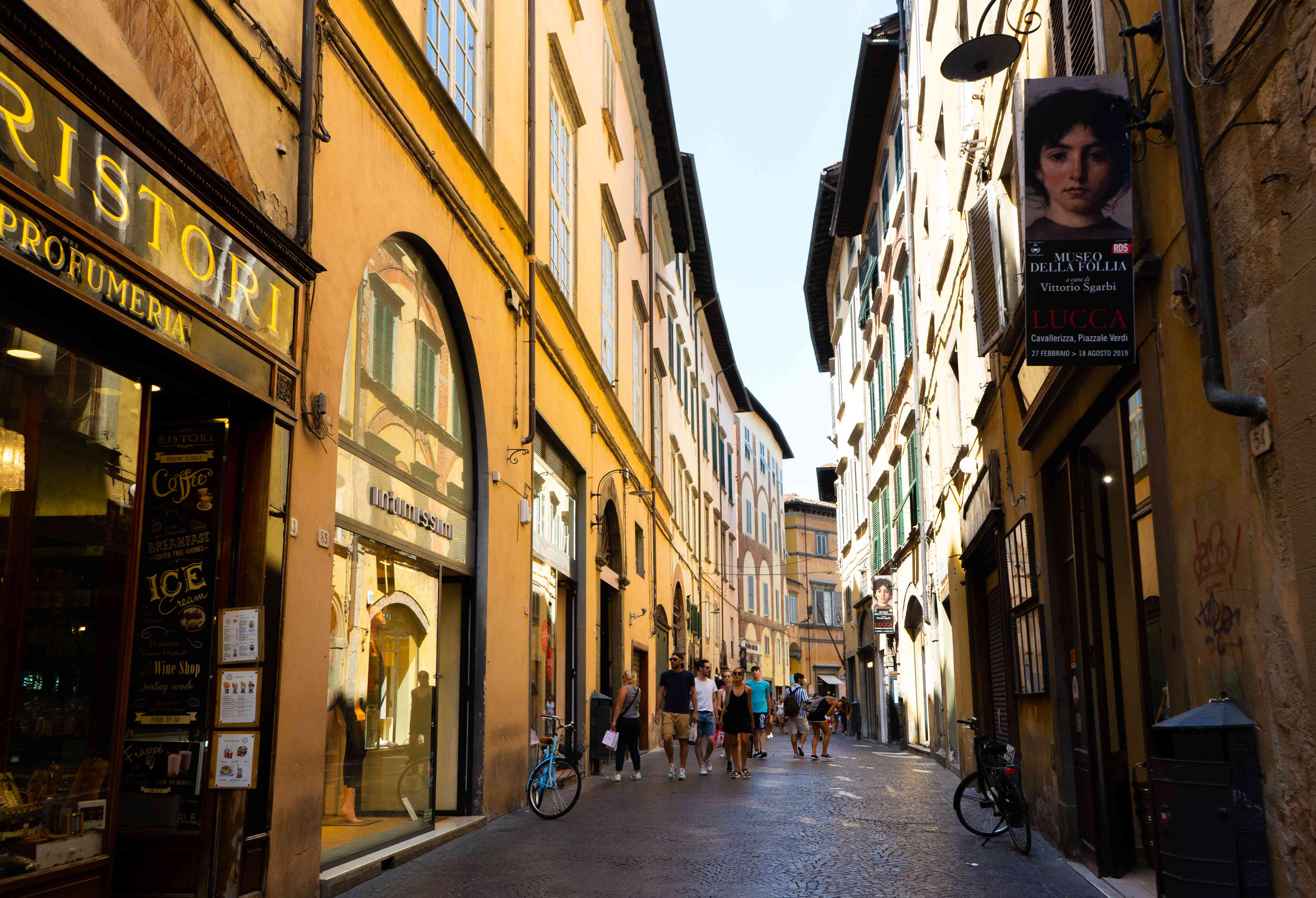 Shopping along Via Filungo and Torre delle Ore