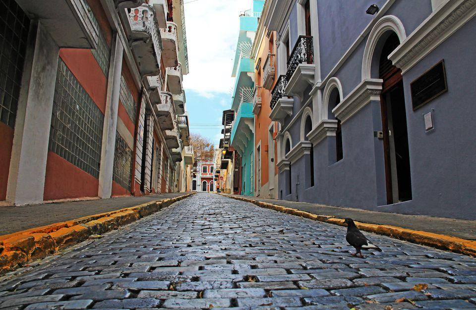 Calle pavimentada con adoquines azules en el Viejo San Juan, Puerto Rico