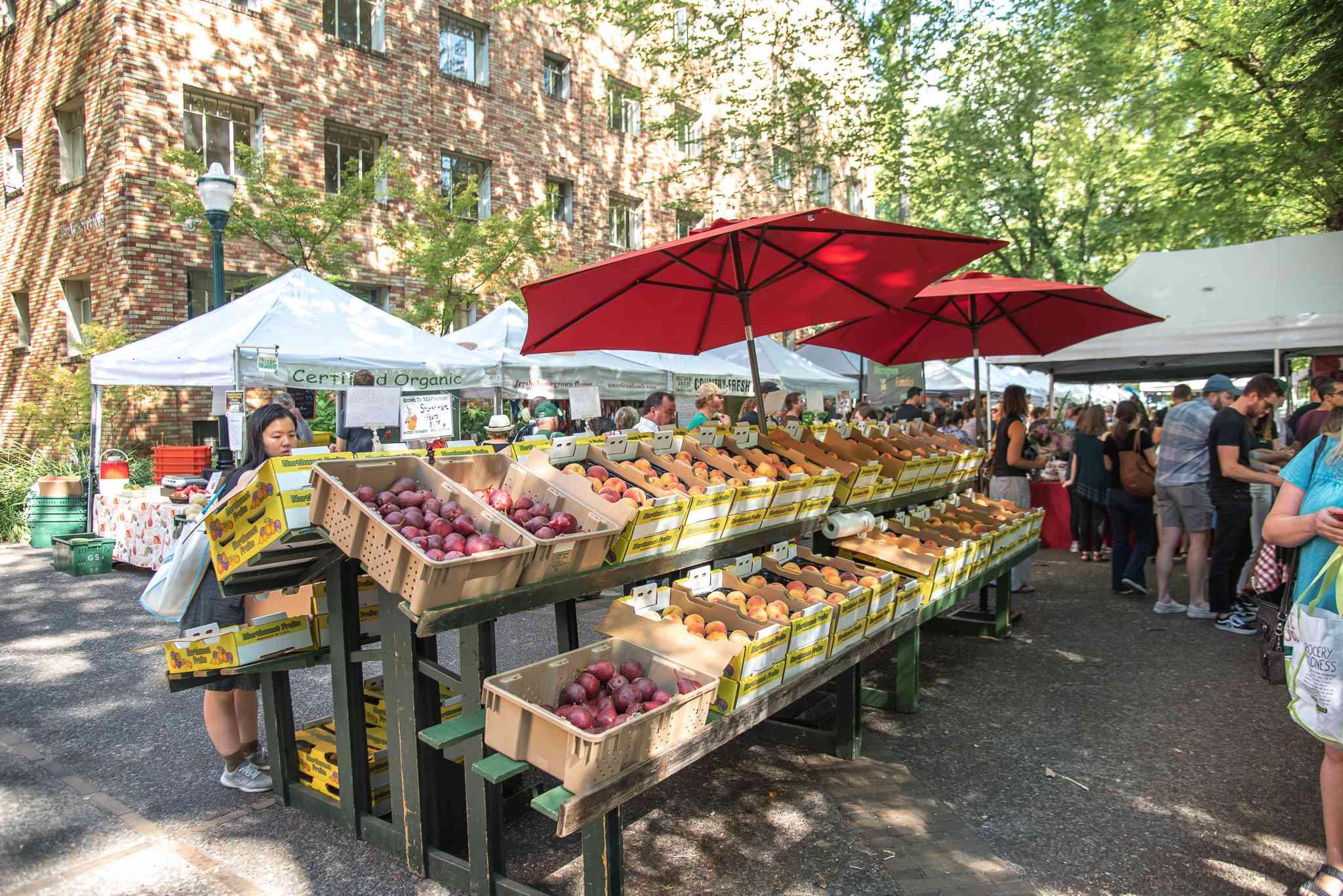 Un puesto de venta de frutas