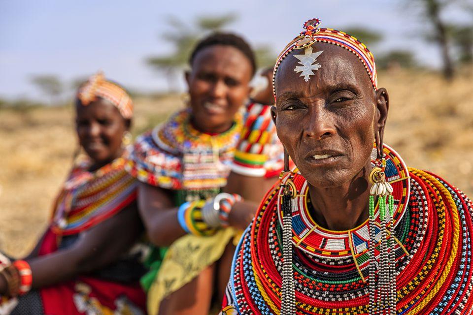 Samburu tribespeople mirando directamente a la cámara
