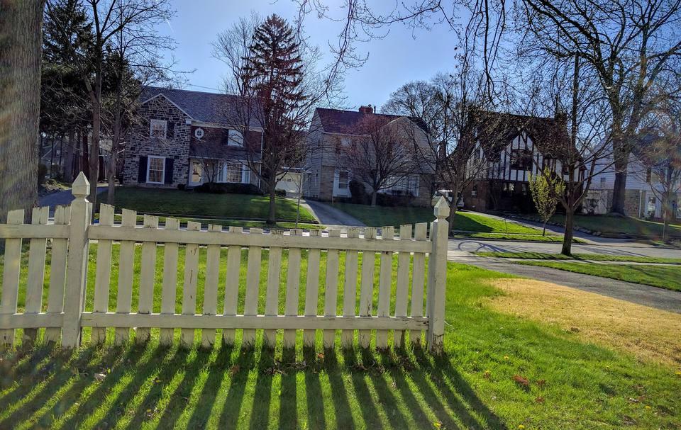 Casas en una calle arbolada en Shaker Heights, Ohio