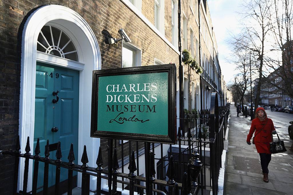 Una vista exterior del Museo Charles Dickens el 7 de diciembre de 2012 en Londres, Inglaterra. El museo volverá a abrir al público el 10 de diciembre de 2012 después de un importante programa de renovación y expansión de 3,1 millones de libras esterlinas para celebrar el año bicentenario de Dickens. El museo está ubicado en la casa de Charles Dickens en la calle Doughty donde vivió desde 1837 hasta 1839 y en el que escribió muchas novelas como Oliver Twist y Nicholas Nickleby