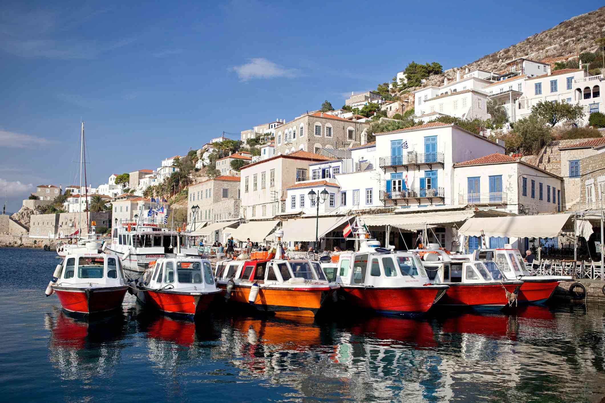 Taxis acuáticos en la pequeña isla de Hydra (Idra) en Grecia. Ubicada en el Golfo Sarónico, Hydra es un popular destino de fin de semana de verano debido a su proximidad a Atenas