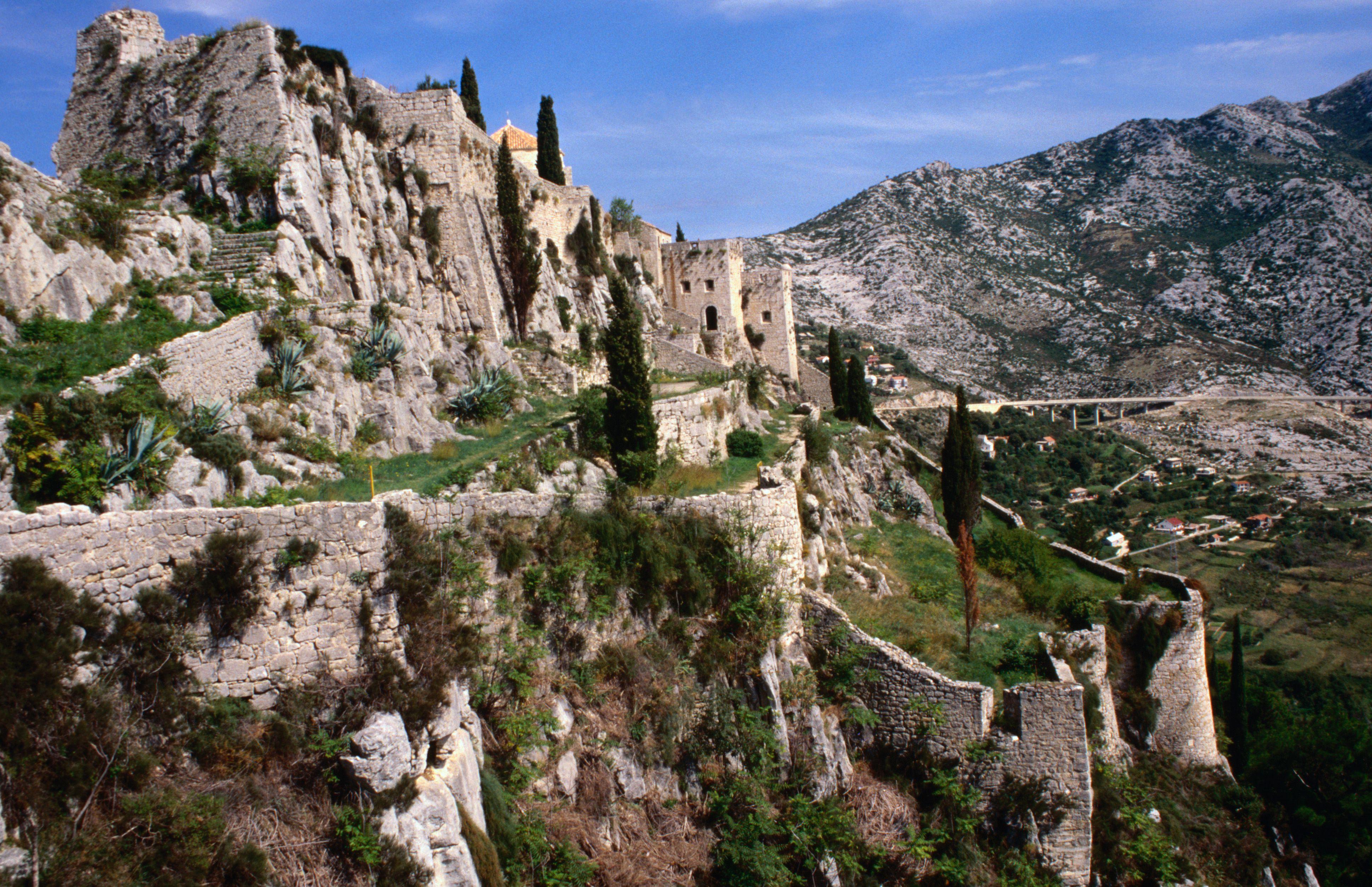 Fortaleza ubicada en el pináculo de roca en Klis, cerca de Split
