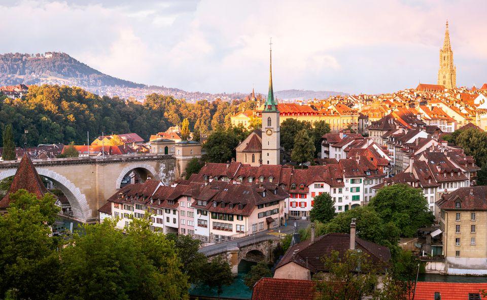 Vista del horizonte de Berna y las montañas en la distancia