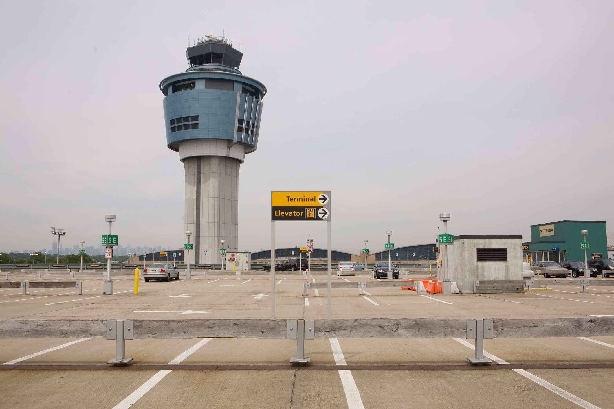 Estacionamiento y torre de control de tráfico aéreo en el Aeropuerto LaGuardia, Ciudad de Nueva York