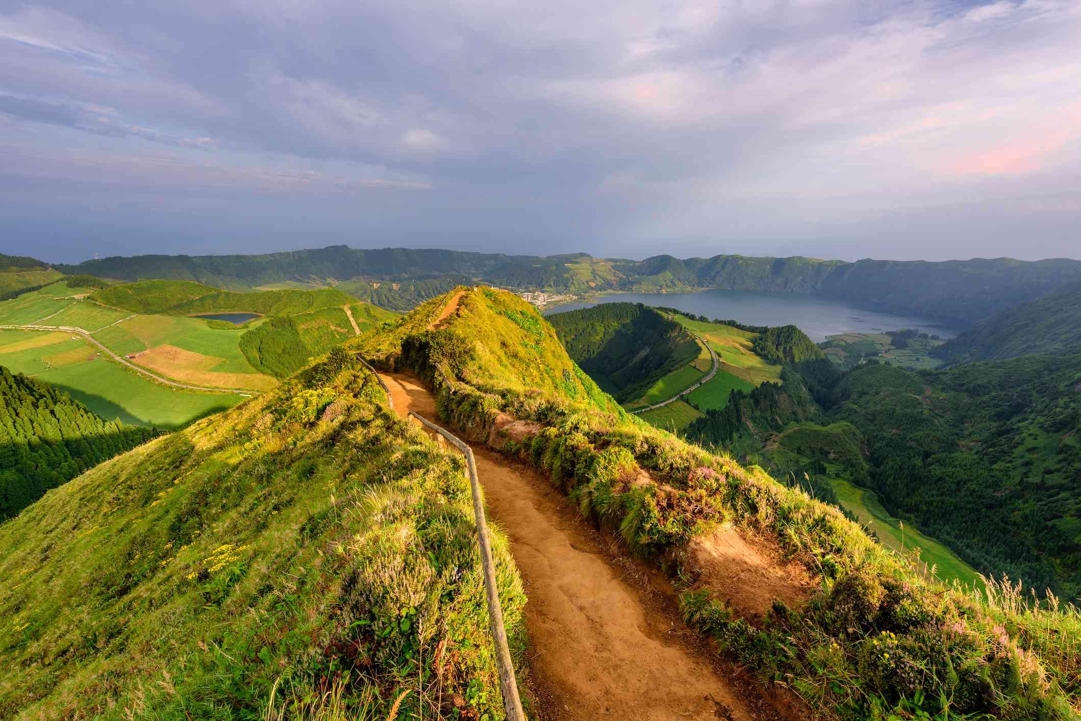 Vista panorámica de la ruta de senderismo en la isla de Sao Miguel en las Azores