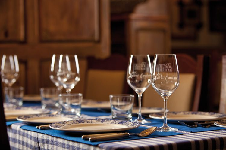 set table with wine glasses at Aux Anciens Canadiens