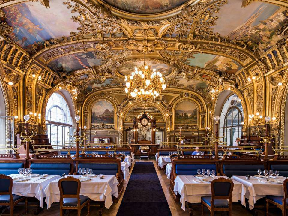Le Train Bleu, un restaurante histórico alrededor de 1900 en París,ubicado en la Gare de Lyon