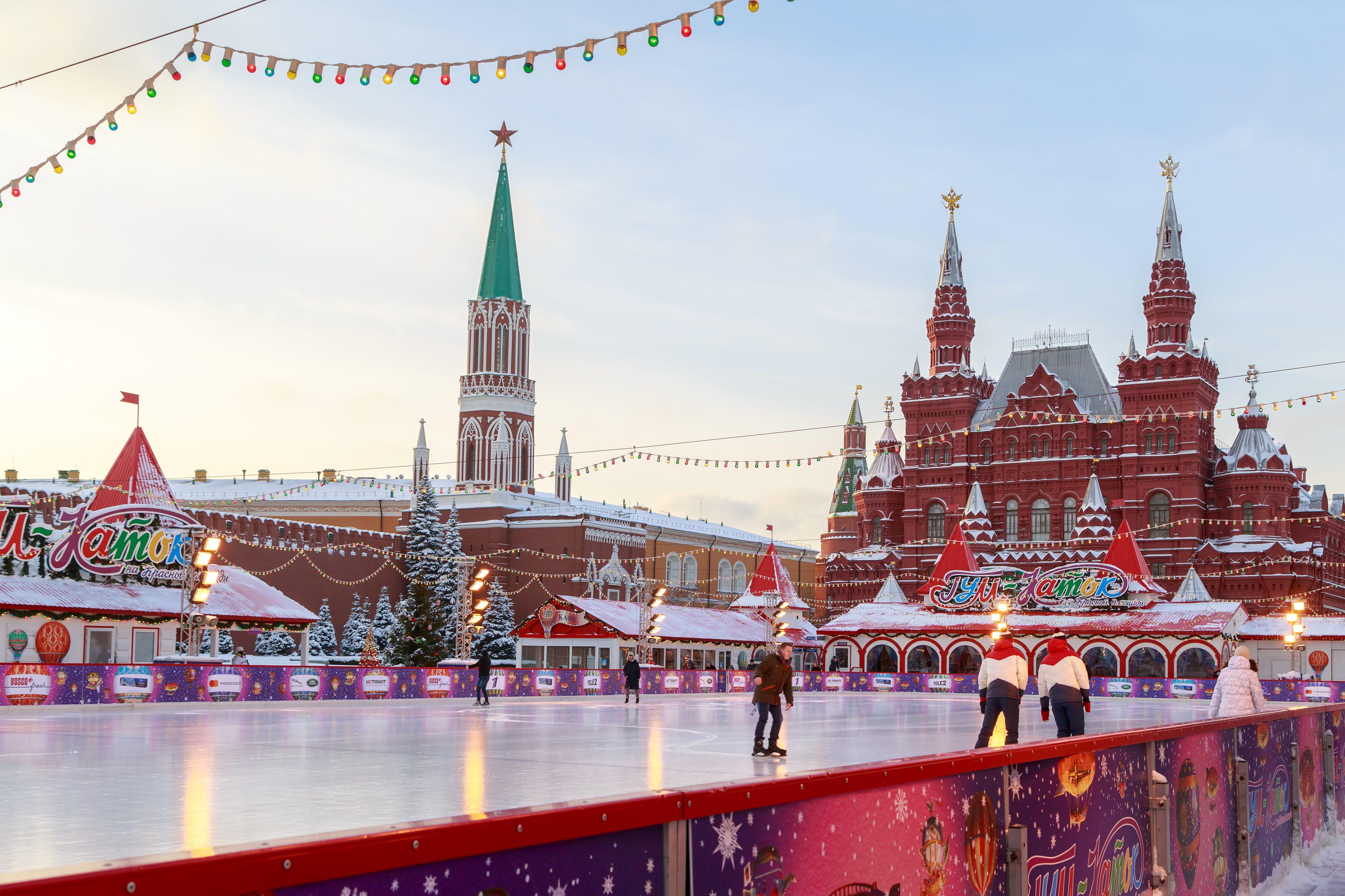 Sân trượt băng trên Quảng trường Đỏ gần các bức tường của điện Kremlin Moscow