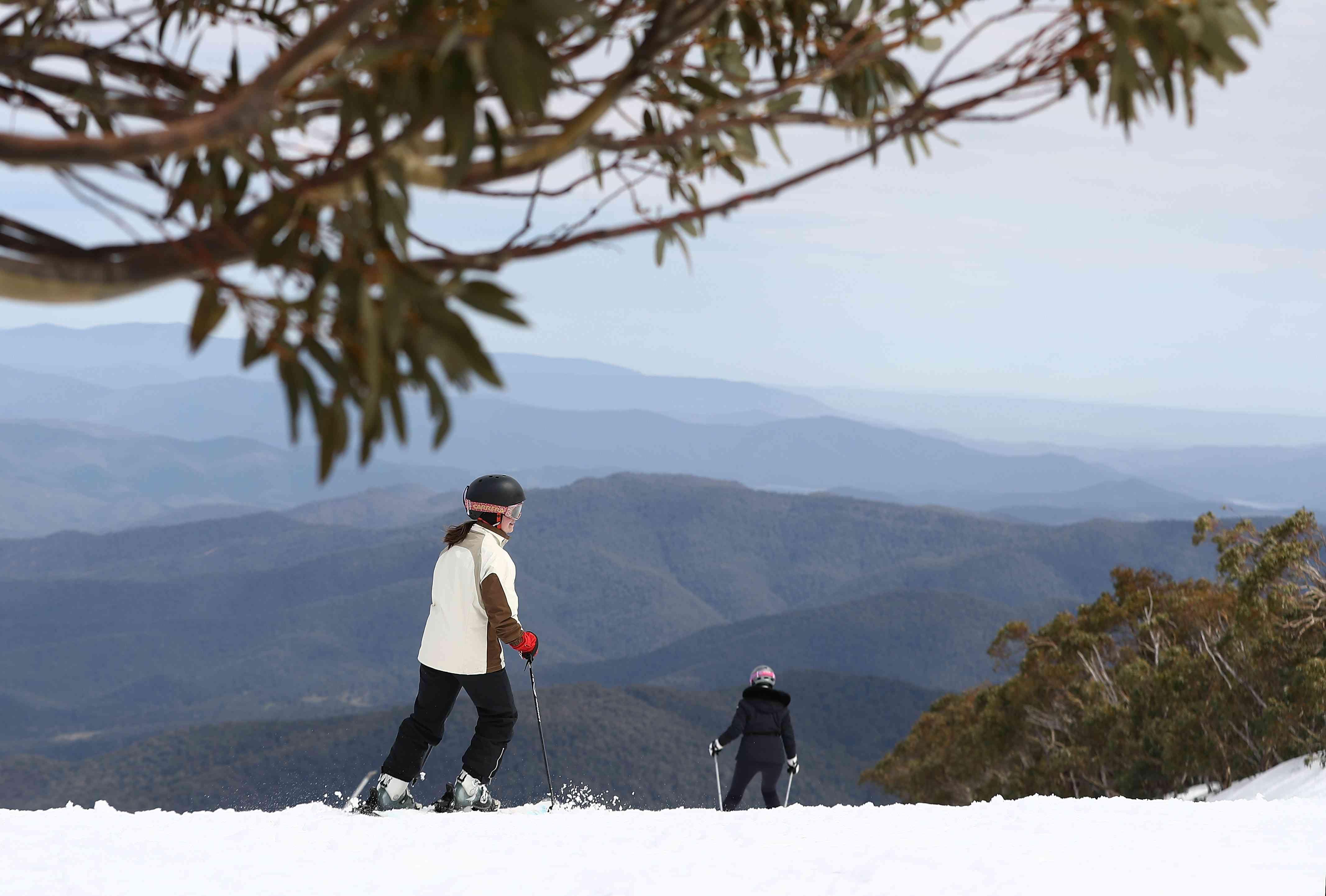 Los australianos disfrutan del esquí de primavera después de la temporada de parachoques