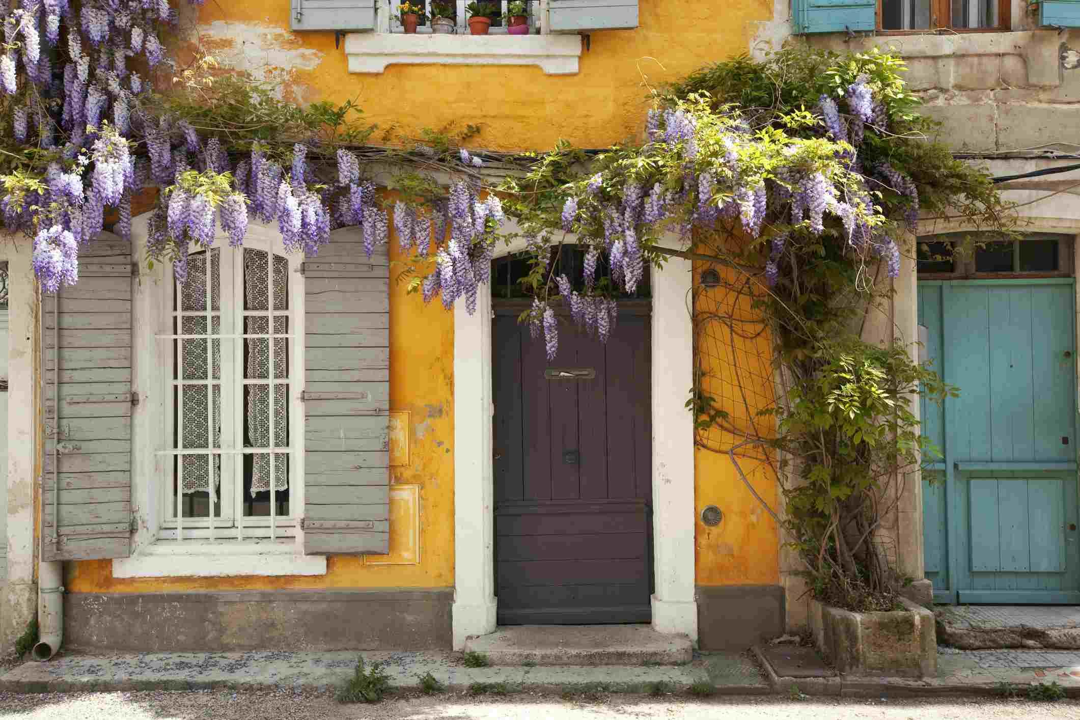 Francia, Bouches du Rhone, Arles, distrito de la Roquette, rue GENIVI